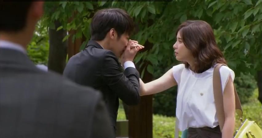 Kwan Woo's High-Five Kiss: Oigo Tu Voz