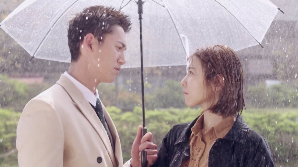 Chris Wu protects Ivy Shao from the rain: The Perfect Match